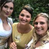 Majestäten laden zum Anradeln v.l. Zeitzer Weinprinzessin Franziska, Weinkönigin Saale-Unstrut, Annemarie und Zeitzer Lichterfee Michelle..jpg