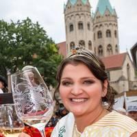 Weinkönigin für ein weiteres Jahr im Amt bestätigt